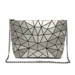 kabelka-triangle-crossbody-stribrna.jpg