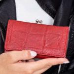 Tmavě červená reliéfní peněženka se zapínáním na háček