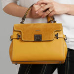 Tmavě žlutý kožený kufr