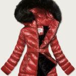 Lesklá zimní bunda ve vínové bordó barvě s mechovitým kožíškem (W673)