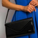 Černá lakovaná kabelka s dlouhou spojkou