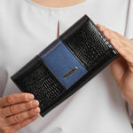 Velká černo-modrá lakovaná peněženka