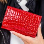 Červená peněženka s reliéfním motivem
