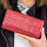 Dámská peněženka s tmavě červenou ražbou
