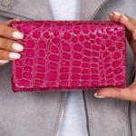 Tmavě růžová peněženka se zvířecím motivem
