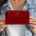 Kožená peněženka s třpytivým červeným efektem