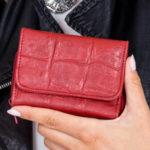 Reliéfní tmavě červená kožená peněženka