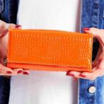 Dámská peněženka s reliéfním oranžovým vzorem