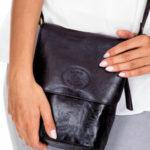 Dámská černá kožená kabelka s klopou