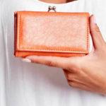 Oranžová koženková peněženka s ušními dráty