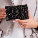 Černá peněženka s reliéfním motivem