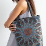 Vzorovaná modrá taška