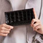 Dámská černá peněženka s reliéfním vzorem