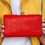Dámská červená peněženka s přihrádkou na ušní dráty