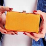 Dámská medová peněženka s přihrádkou na ušní dráty