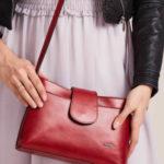 Malá červená kožená kabelka s magnetem