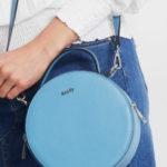 Kulatá modrá kožená kabelka