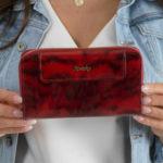 Dámská červená kožená peněženka se zvířecím motivem