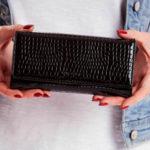Černá peněženka se vzorem krokodýlí kůže