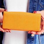 Dámská světle oranžová peněženka se zapínáním na západku