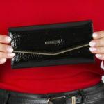 Černá lakovaná kožená peněženka se sponou