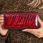 Červená kožená peněženka