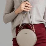 Kulatá kožená kabelka ve světle šedé barvě