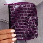 Dámská fialová peněženka s reliéfním geometrickým vzorem