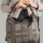 Šedá taška s kožešinou a kostkovaným vzorem