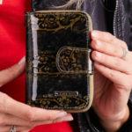 Zlatá kožená peněženka s květinami