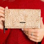Kožená peněženka s béžovou ražbou