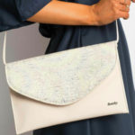 Lakovaná béžová spojková taška