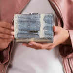 Dámská modrá kožená peněženka s mířidlem