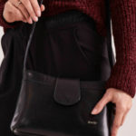 Malá černá kožená kabelka s magnetem
