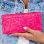 Růžová peněženka s plastickým vzorem krokodýlí kůže