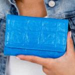 Modrá peněženka s razítkem