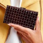 Lakovaná hnědá peněženka s geometrickými vzory