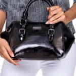 Černá kufr s odnímatelným popruhem