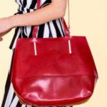 Dámská červená kožená taška s ozdobným kováním