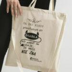 Opakovaně použitelná taška s béžovým nápisem