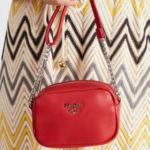 Malá červená kabelka s popruhem