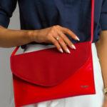Lakovaná spojková taška s odnímatelným červeným páskem