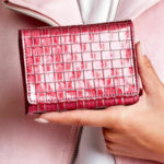 Dámská tmavě růžová peněženka s geometrickým vzorem