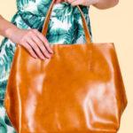 Světle hnědá kožená dámská taška s ozdobným kováním