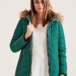 Prošívaná zimní bunda s kožešinovou kapucí zelená