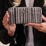 Pruhovaná kožená peněženka černá