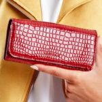 Tmavě červená reliéfní dámská peněženka vyrobená z ekokože