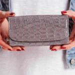 Šedá dámská peněženka s reliéfním vzorem