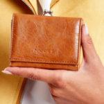 Hnědá peněženka z ekologické kůže s ušními dráty