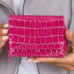 Dámská tmavě růžová peněženka s motivem krokodýlí kůže